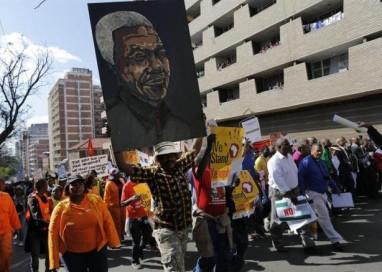 'Somos todos irmãos africanos': Milhares protestam contra xenofobia em Johannesburgo