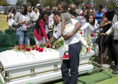 Governador dos EUA declara 'emergência' e aciona Guarda Nacional após confronto em funeral de jovem negro