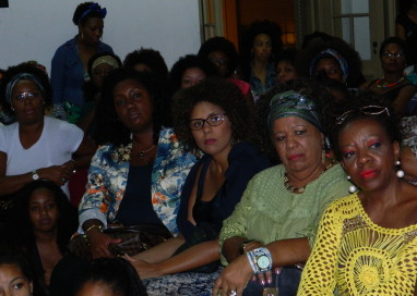 Cabelos afro é tema de encontro de mulheres