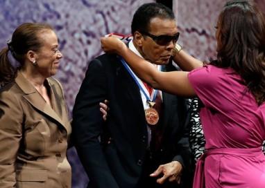 Muhammad Ali recebe prêmio nos EUA por defesa da liberdade mundial