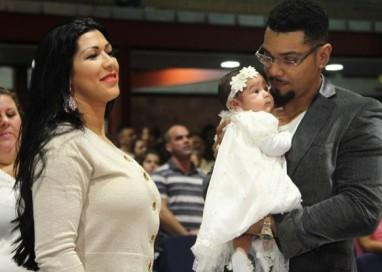 Naldo e Ellen Cardoso batizam a filha em igreja evangélica