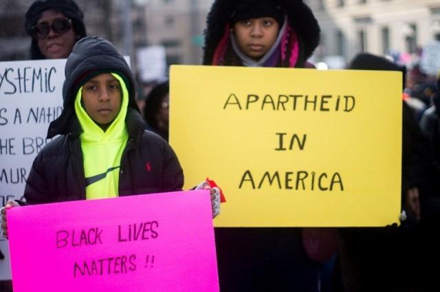 """""""Apartheid na América"""": crianças negras estão sujeitas a aplicação desproporcional de medidas disciplinares desde o ambiente escolar até o sistema judiciário"""