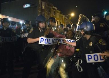 Policiais envolvidos na morte de jovem negro em Baltimore responderão criminalmente por assassinato
