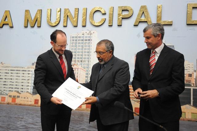 Paulo Paim, ao lado de Mauro Pinheiro (d), recebe o diploma entregue por Kopittke (e)