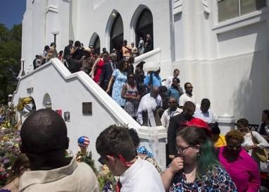 Igreja de Charleston celebra primeira cerimônia após massacre que deixou nove mortos