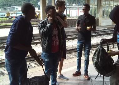 'Se for negro, não entra': Polícia italiana impede refugiados de embarcar em trem para Alemanha