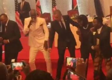 Obama quebra protocolo e 'cai na dança' no Quênia
