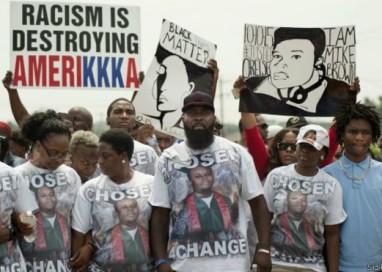 Ferguson faz silêncio no aniversário da morte de jovem negro