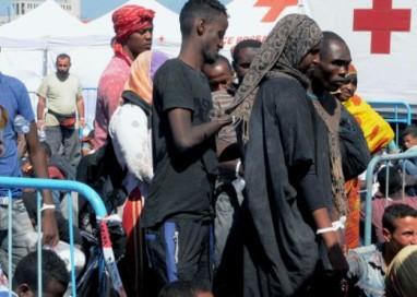Navio de guerra brasileiro resgata 220 imigrantes no Mediterrâneo