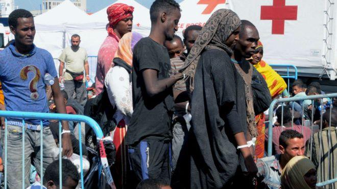 Imigrantes seriam levados para o porto de Catania, na Sicilia, como esses, resgatados em 26 de agosto pela Itália