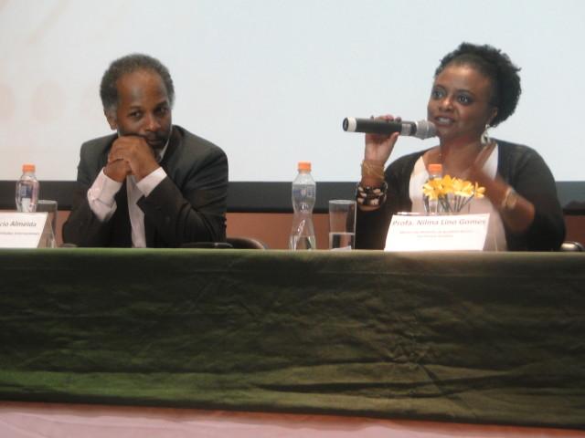 (à esquerda) Prof. Dr. Acácio Almeida (UFABC) e a Ministra Nilma Lino Gomes. (Foto: Divulgação)