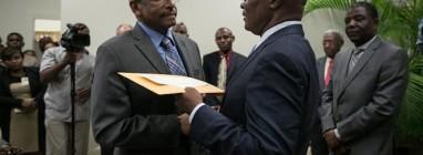 Presidente interino do Haiti, Jocelerme Privert (à direita), entrega relatório da Comissão ao chefe do Comitê eleitoral, Leopold Berlanger