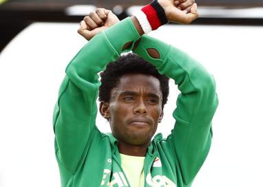Medalhista da maratona olímpica usa pódio para protestar contra situação de sua etnia na Etiópia