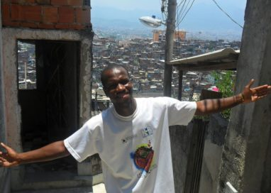 Livreiro do Alemão contará na Feira do Livro a história de seu projeto de leitura em favelas cariocas