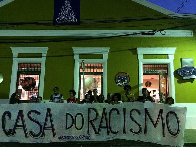 Movimentos e coletivos realizaram ato na frente do estabelecimento para repudiar o caso de racismo / Internet