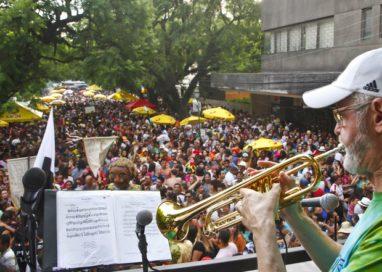 Blocos de carnaval iniciam desfiles pelas ruas de Porto Alegre