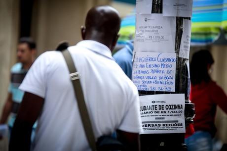 SP - DESEMPREGO/SP - GERAL - Pessoas observam vagas de emprego expostas em postes na Rua Barão de Itapetininga, no centro de São Paulo, nesta manhã de sexta-feira (03). 03/02/2017 - Foto: DARIO OLIVEIRA/ESTADÃO CONTEÚDO
