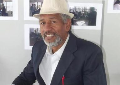 Sopapo Poético recebe o compositor Carlos de Paula