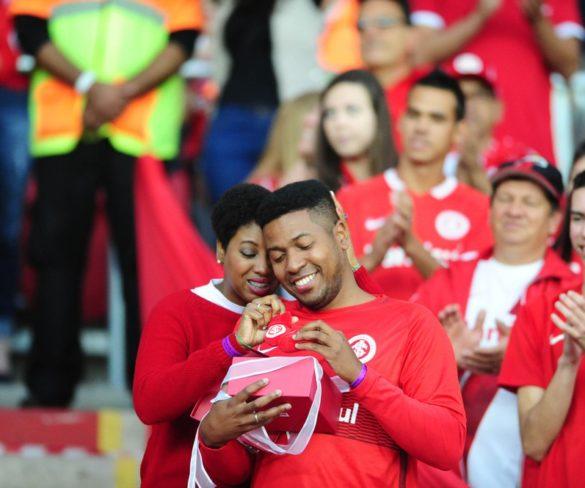 Torcedor do Inter é surpreendido por gravidez de esposa em telão do Beira-Rio