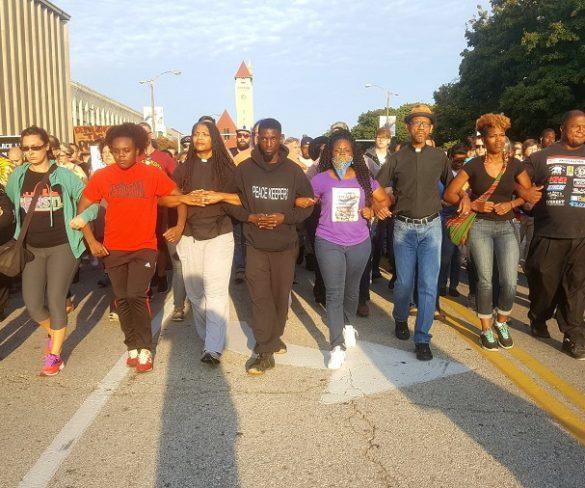 EUA: Dezenas de manifestantes são presos após protesto contra absolvição de policial que matou jovem negro