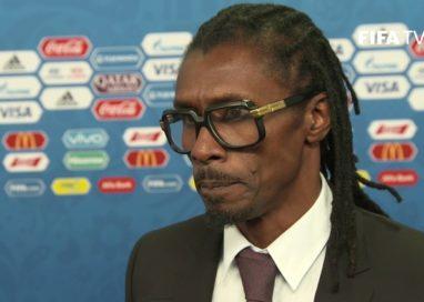 Único negro, técnico de Senegal tem menor salário da Copa