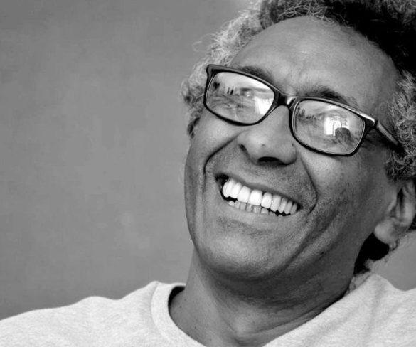 """Poeta, músico e ensaísta Ronald Augusto lança livro """"Entre uma Praia e Outra"""""""